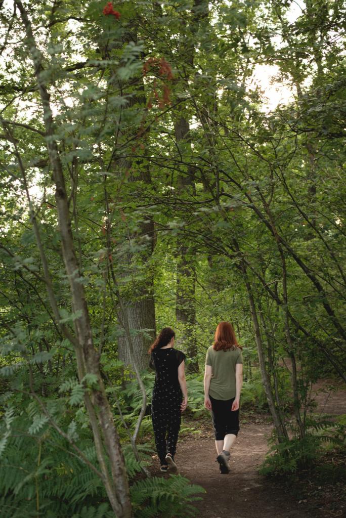 coach wandelt met coachee door het bos